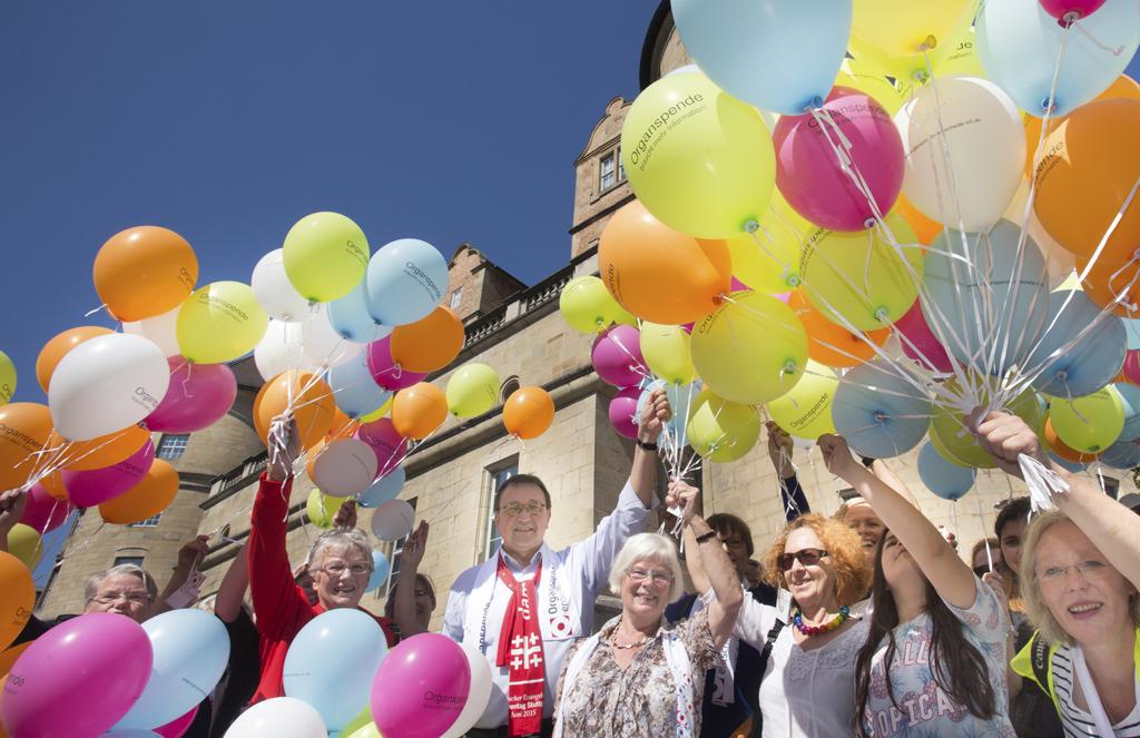 499 Luftballons am Tag der Organspende